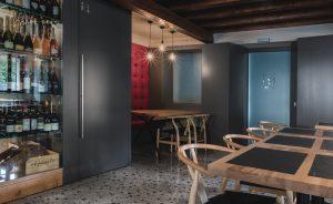 Sala interna del ristorante e wine bar mainor a fregona, Treviso